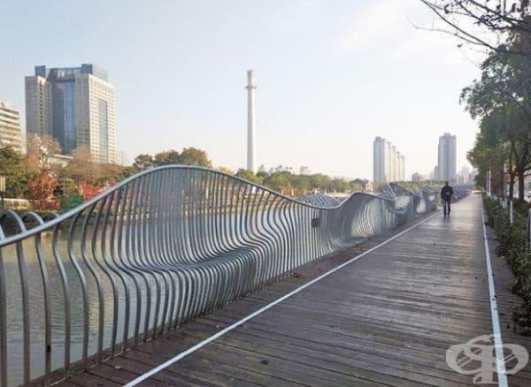Тази ограда образува пейки в изкривените си части.