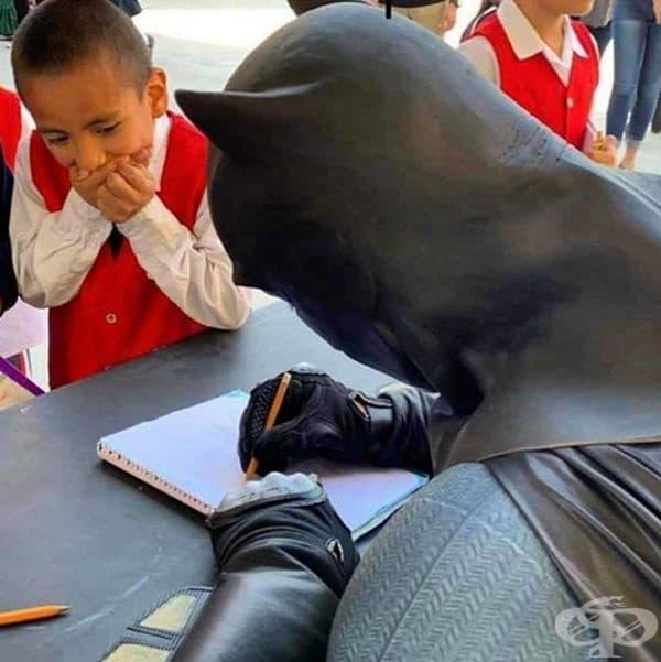 Неописуемата радост на дете, когато се срещне с любимия си герой.