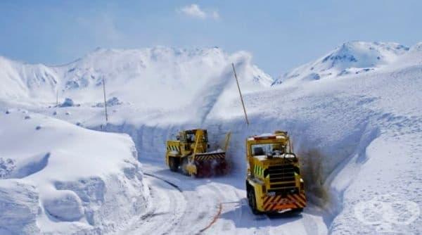 Пътят се обработва с няколко вида машини: едни прокарват път, други почистват, трети прехвърлят ненужния сняг върху стените.