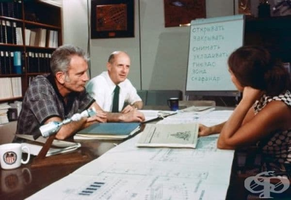 Астронавтите Доналд Слейтън и Томас Стафърд, участници в програмата Аполо-Союз, изучават руски език през 1974.