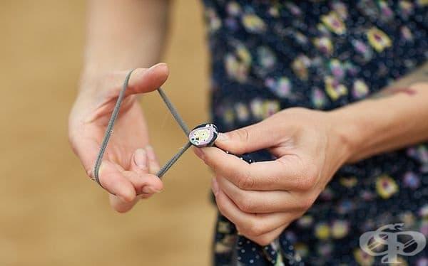 Поставете монета с ластика в края на роклята ви, за да не се вплита в колелото по време на колоездене.