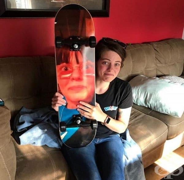 """""""Подаръкът от моя приятел: скейтборд с моя снимка."""""""