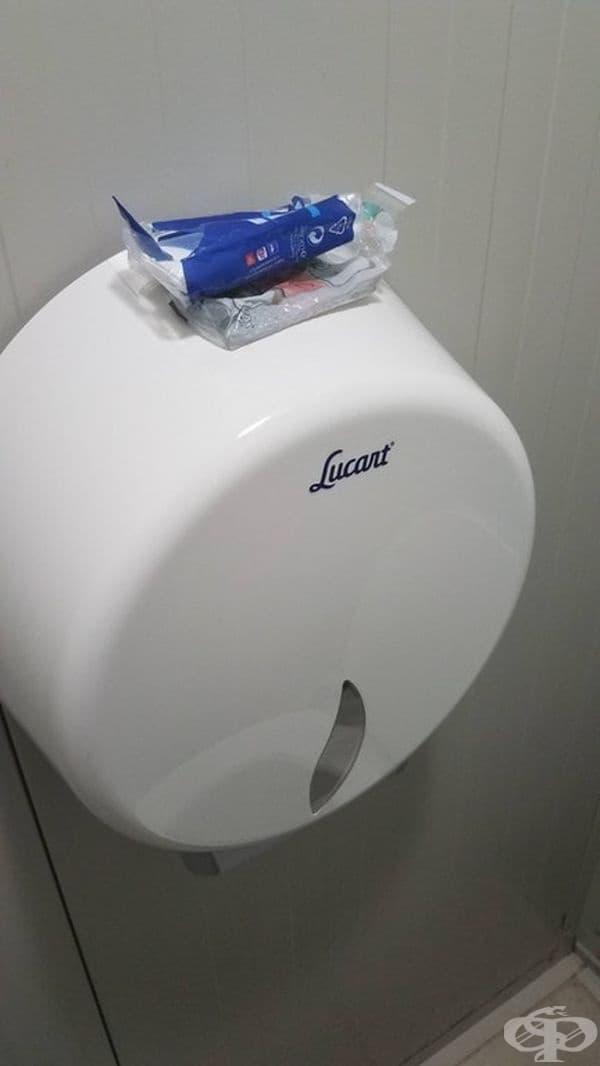 Тоалетната хартия в обществената тоалетна беше свършила. Някой беше оставил носни кърпички вместо нея.