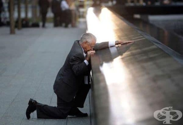 Мъж коленичи пред мемориала, посветен на жертвите от атентатите на 11 септември, в памет на своя син.