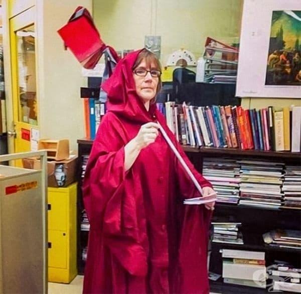 Всяка година училищната библиотекарка се преоблича като ангела на смъртта, за да събере просрочените книги.