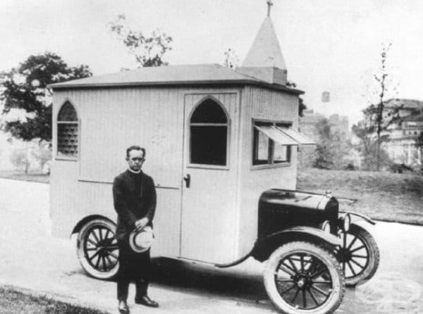 Църква на колела на основата на Форд Т с шофьор - свещеник, САЩ, 1922 г.