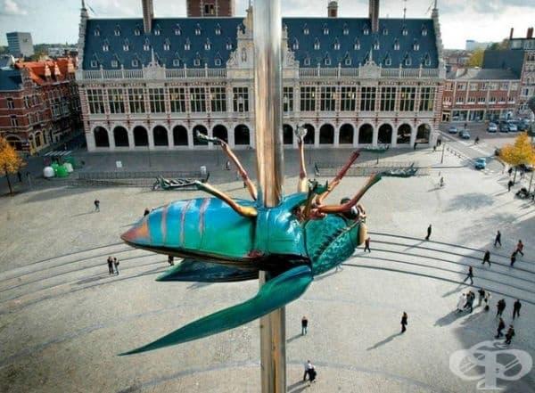 """""""Муха, набучена на игла"""", Льовен, Белгия. Мухата е създадена от белгийския художник Ян Фабре. Тя е инсталирана през 2004 г. в чест на 575-та годишнина на Университета KU. Лиевен."""