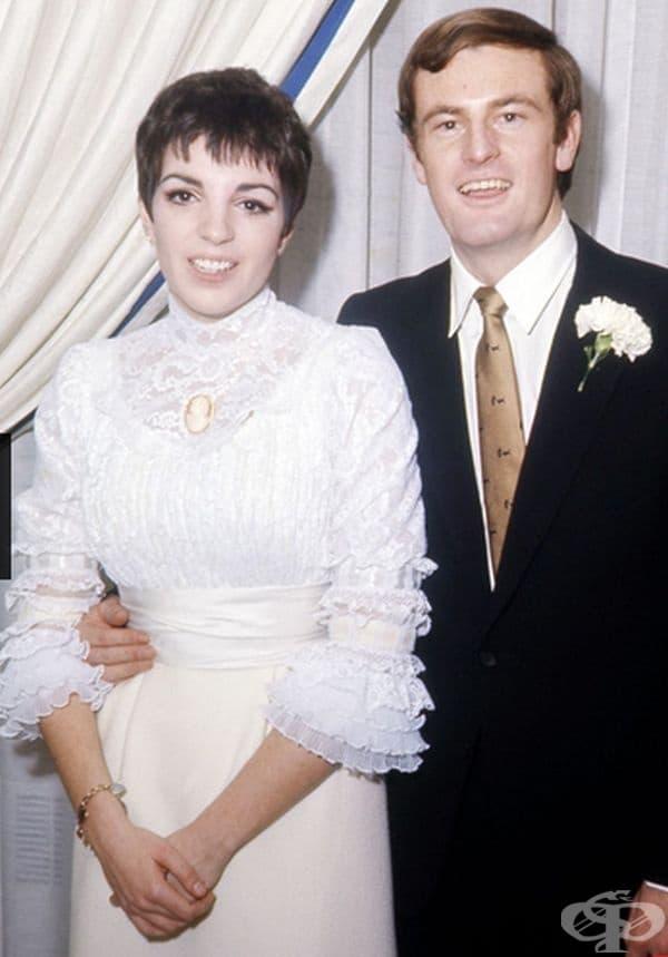 Лайза Минели, 1967г. На първата сватба с Питър Алън Минели се появи с дантелена блуза и кремава пола.