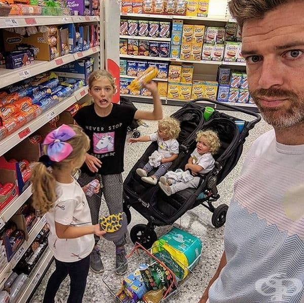 Пазаруването с едно дете е трудно, а с четири...