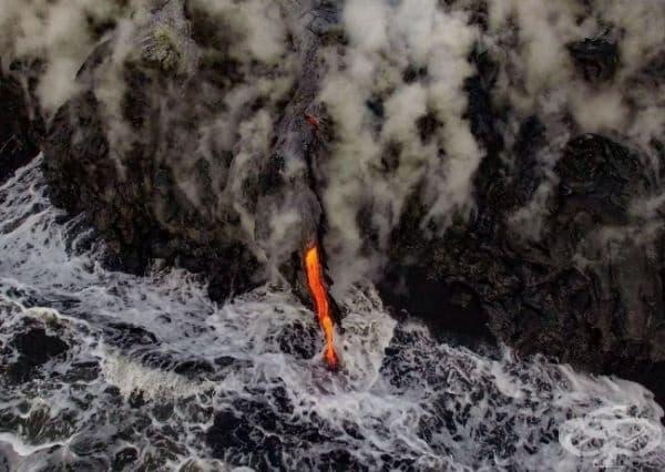 Вулканичната лава на Килауеа се влива в океана, Хавай.