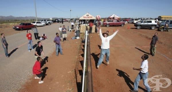 Ежегодна игра на волейбол на границата между САЩ и Мексико. Традицията стартира през 2006 г. От тогава хората просто празнуват единството на двете страни. Играта не носи никакъв политически подтекст.