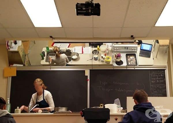 Кабинет по кулинария с огледало на тавана, за да може да се вижда всичко от студентите.