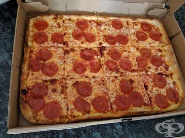 Квадратна пица на парчета.