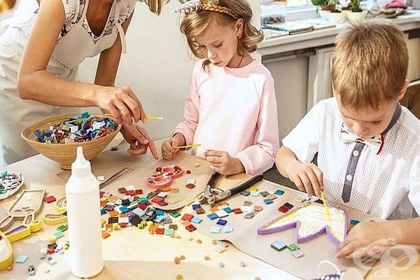 Организирайте забавно занимание за децата с направата на ръчна декорация. Може да се използват цветни листчета, камъчета и други.