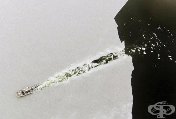 Лодка, пречупваща току-що сформирания лед.