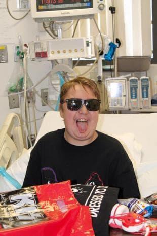 Джийн Симънс от KISS изпълнява последното желание на умиращо дете на 17
