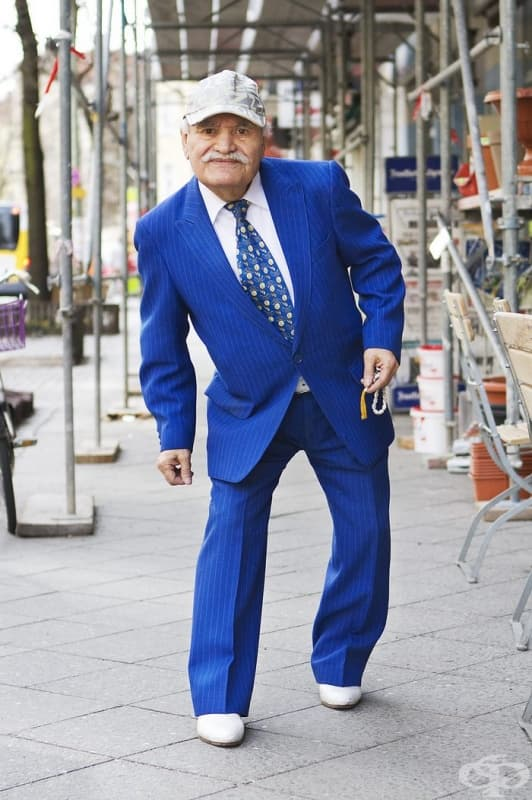 Всяка сутрин този шивач отива на работа с различен костюм