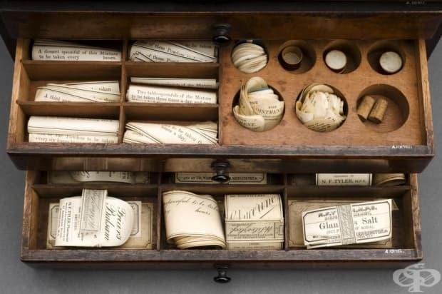Аптекарски шкаф с три чекмеджета, съдържащ лекарствени етикети, използван от Н. Ф. Тайлър