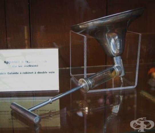 Апарат за хемотрансфузии, който бил част от инвентара на медицинското училище в Париж.