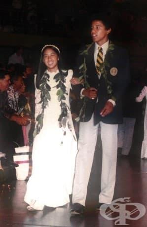 17-годишният Барак Обама, придружаващ Лора Конг по време на церемонията по дипломирането на Punahou School, май 1979, Хонолулу.