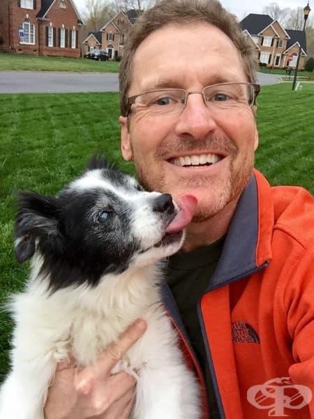Баща ми никога не би признал колко много обича нашето старо куче. Но след като намерих тази снимка в телефона му, вече не е необходимо.