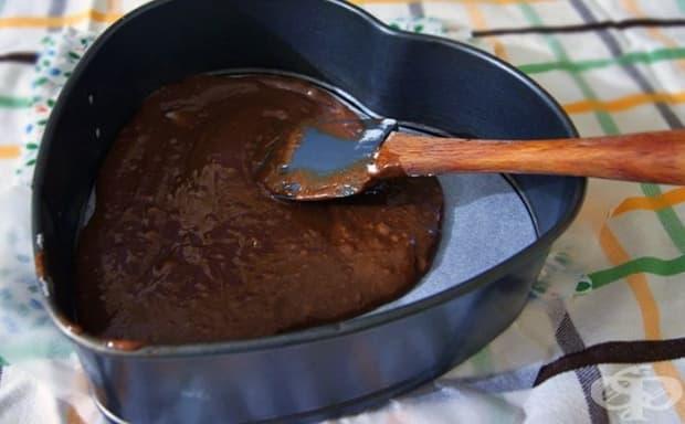 Изсипете 1/3 от сместа в подмазана с масло форма.