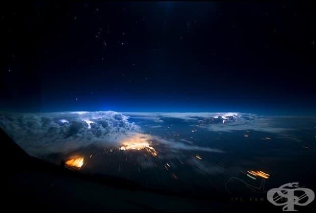 Гръмотевични бури през нощта, огряти от Луната.