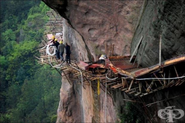 Работници високо в планината