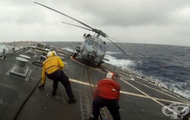 Работници на самолетоносач по време на буря