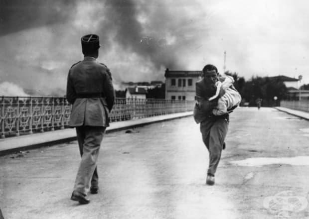Журналист бяга по мост с дете на ръце по време на Испанската гражданска война, 1936 г.