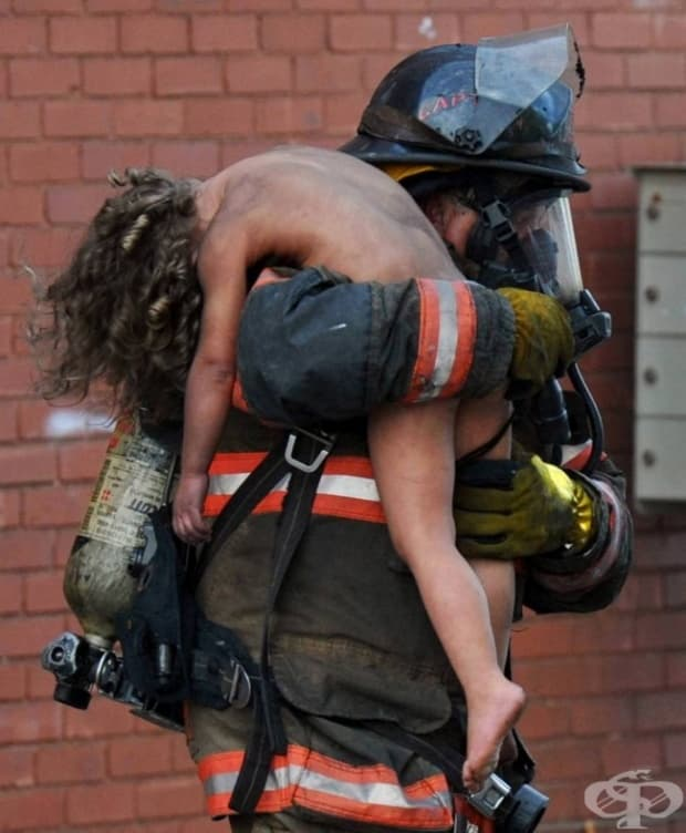 Пожарникар спасява малко момиченце, САЩ.