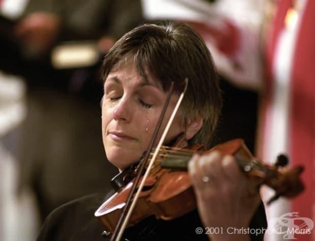 Ванкувър. Музикантка плаче по време на служба за жертвите от 9 септември.