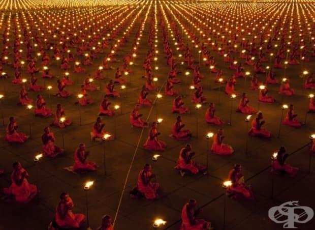 100 000 монаха се молят за световен мир.