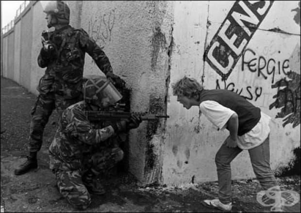 Ирландски младеж крещи на британски войници по време на размириците в Северна Ирландия.