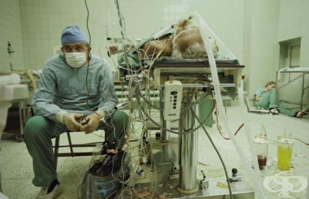 Хирург си почива след 23-часова сърдечна трансплантация. Асистентът му спи в ъгъла.