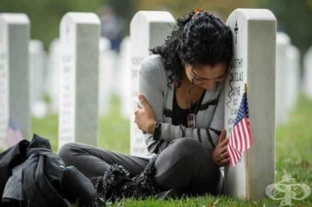 Жена стои до гроба на съпруга си ден преди годишнината от сватбата им.