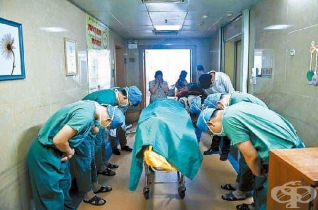 Китай. 11-годишно момче, което има тумор в мозъка, желае органите му да бъдат дарени за трансплантация, след като умре. Лекарите изразяват благодарността си към него и майка му.