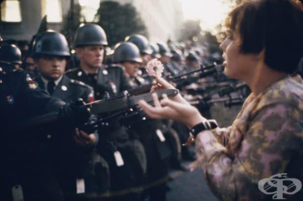 17-годишната Ян Роуз Кашмир подава цвете на войник по време на антивоенните протести близо до Пентагона, 1967 г.