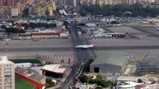 Пистата на международното летище в Гибралтар, пресечена от път
