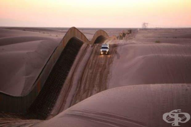 Вълнообразна гранична ограда близо до пясъчните дюни Алгодоун, Южна Калифорния