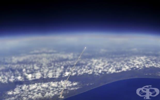 Поглед към космическата совалка Атлантис от Международната космическа станция