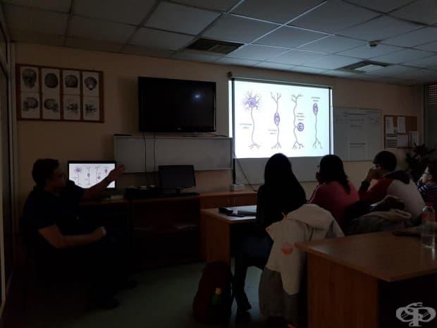 Д-р Хаджиянев обяснява на учениците
