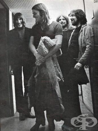 """""""Е, аз съм Дейвид Гилмор , гласът и китарата на Pink Floyd. Такъв съм, откакто бях на 21."""""""