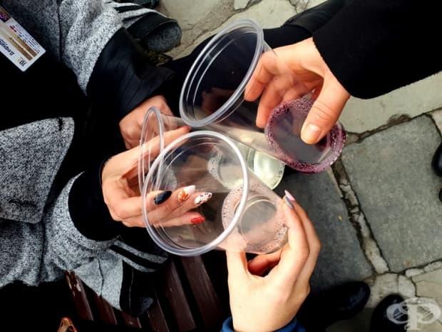 Екипът на Фрамар тества младите вина.