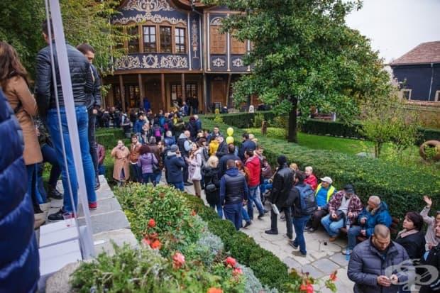 Тълпи от хора в Етнографски музей-Пловдив.