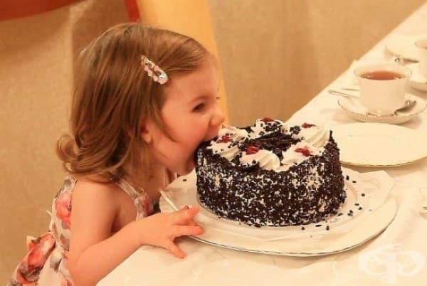 Мама каза да не докосвам с пръст тортата. Но не е казала нищо за зъбите.