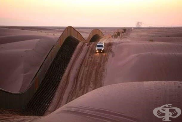 Тази наклонена ограда над пясъчните дюни на Алгодон в близост до Южна Калифорния