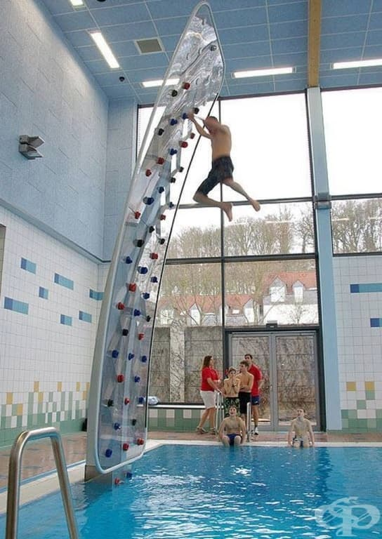 Стена за скално катерене, окачена над басейн. Вече не е нужно да се притеснявате за катеренето.