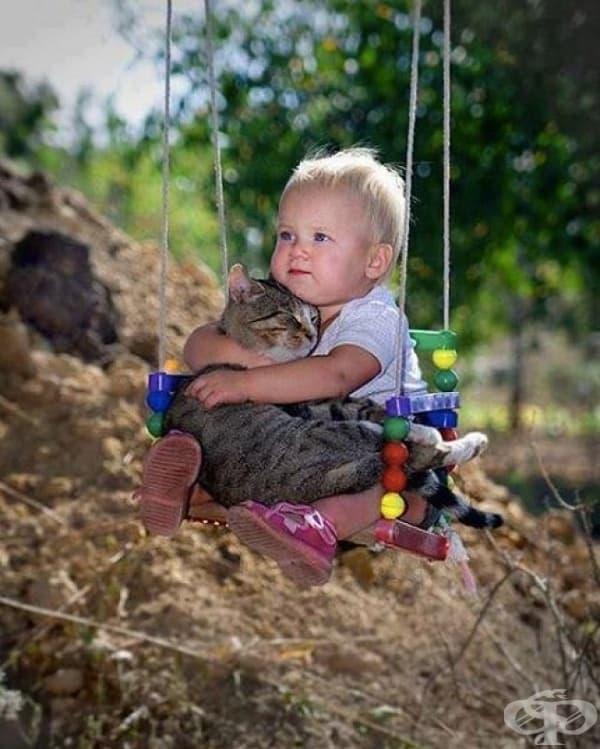 """Детенце, което вече знае смисъла на думите """"обичам"""" и """"приятел""""."""