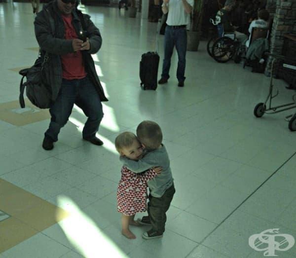 Те се срещат за първи път на летището и решават да се прегърнат.
